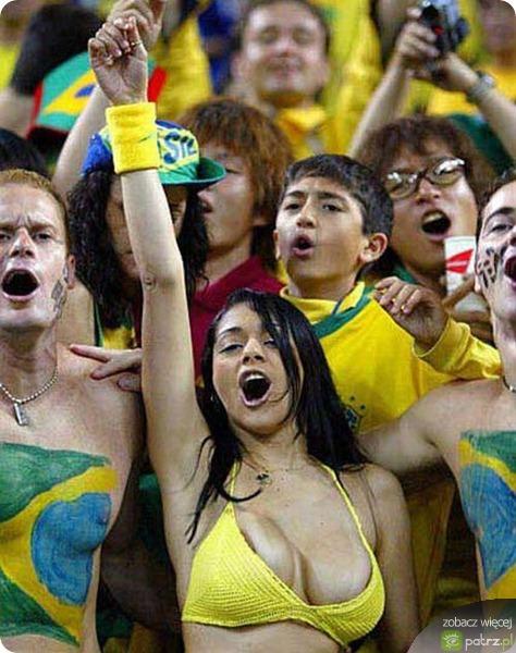 У бразильской болельщицы выпала грудь (9 фото) .